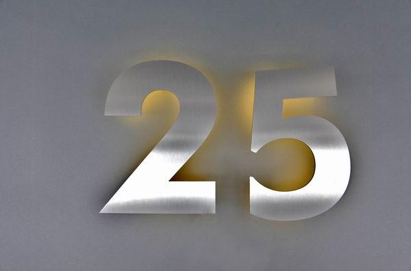 Hausnummer 25 aus Edelstahl gelasert und mit LED hinterleuchtet ...