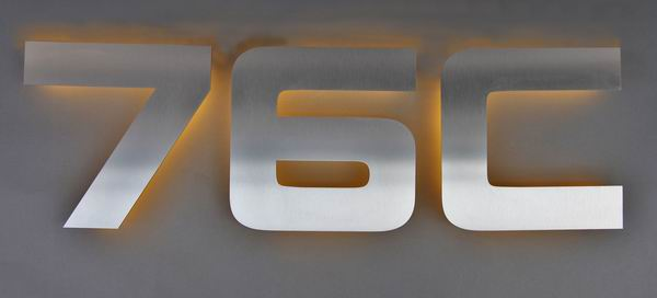 Cool Hausnummer aus Edelstahl mit LED`s hinterleuchtet | metallgestaltung QJ61