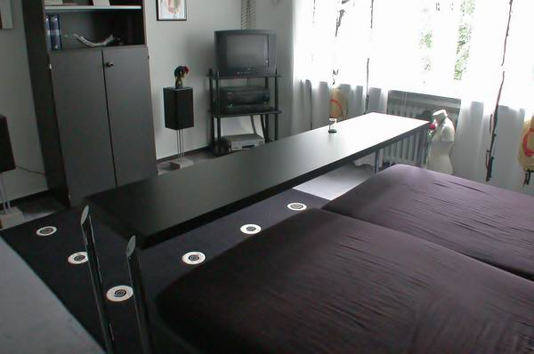 fr hst cken im bett metallgestaltung. Black Bedroom Furniture Sets. Home Design Ideas