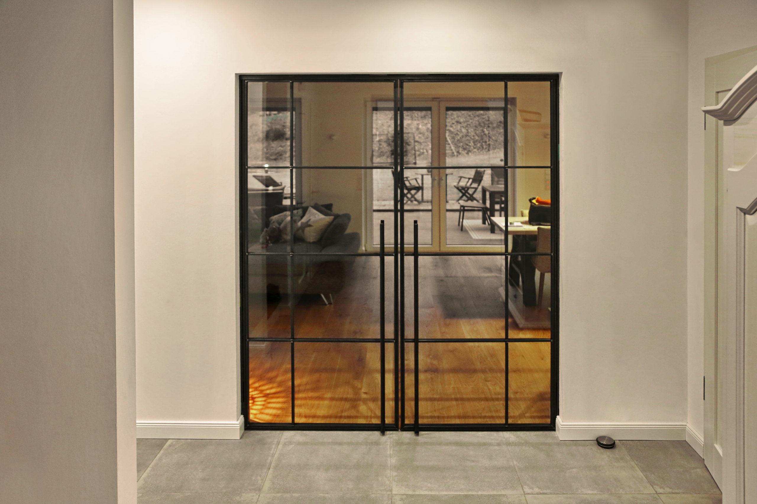 Zweiflügelige Tür im Industrielook   metallgestaltung